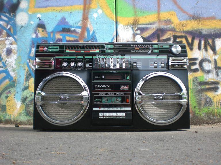 Ilustrasi Mendengar Iklan Radio