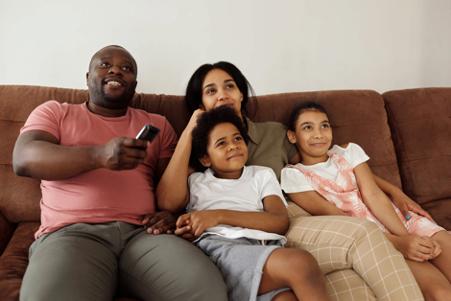 Ilustrasi keluarga sedang menonton TV bersama