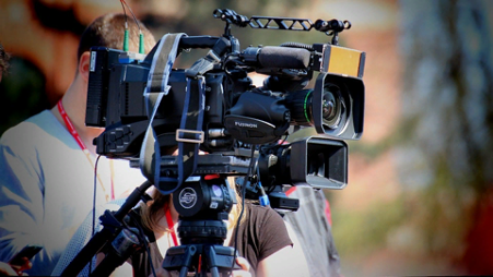 Ilustrasi Cinematographer mengoperasikan kamera TV