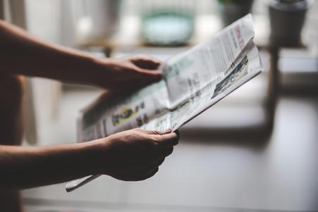 Ilustrasi membaca berita di koran