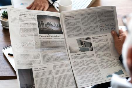 Ilustrasi orang sedang baca koran